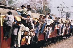 笑っちゃうけどシリアスなムンバイ近郊列車の広告