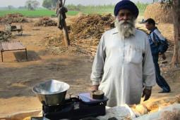 インドに古代から伝わる砂糖づくりの現場を発見しました!