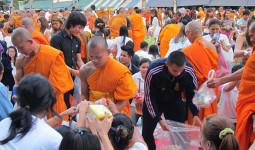 集結! 12600人僧侶大集合!