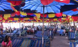 世界で一番パラソルのある場所に行ってみた ? タイのバンセン・ビーチ