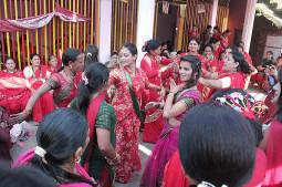 足の水を飲む?ネパールのTeej Festival