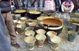 インドの街が巨大食事会場に! 16800人がタダで食事を食べるドゥルガー祭