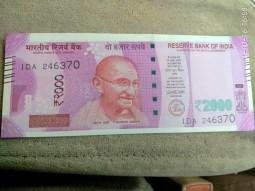 僕らが持っているルピー札はどうするんだ!!! 突然、高額紙幣が使えなくなったインド