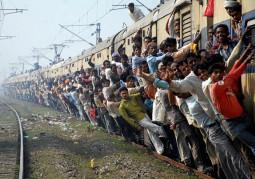 4ヶ月で死者が1000人超え! 世界最悪のラッシュを記録するムンバイの近郊列車に乗ってきた