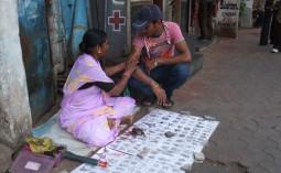 インドの不思議な職業 – 路上の刺青屋さん