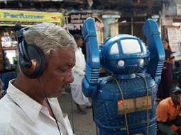 気分は70年代!? ロボットが占うインド