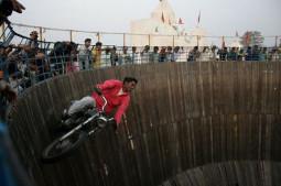 垂直な壁をバイクや車で駆け巡るあまりに危険なインドのショー