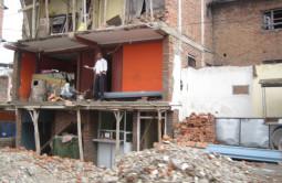 僕の家を勝手に壊さないでヨ! ネパールですすむ道路拡張工事