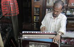 お前を教育してやると客に言う! 上から目線なインドの楽器屋