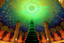 バンコクのサイケデリック寺は絢爛豪華! この世の財宝を集めまくったワットパクナム