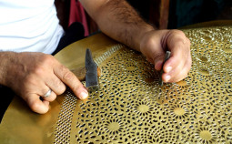 世界一美しいモロッコの金属ランプの工房を訪問する【ティラキタ駱駝通信 6月13日号】
