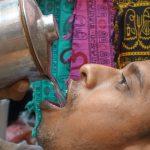 インド人の不思議な水の飲み方について考察する